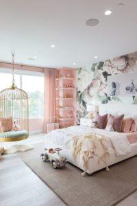 quarto feminino com papel de parede floral rosa