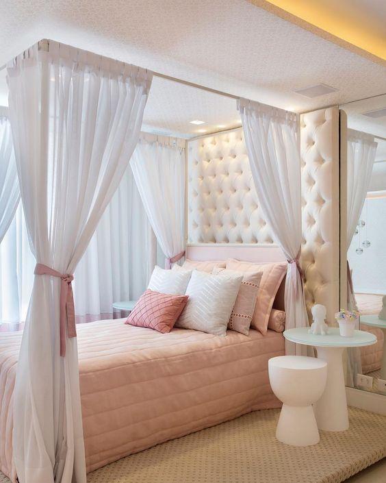 quarto com cama de dossel branco