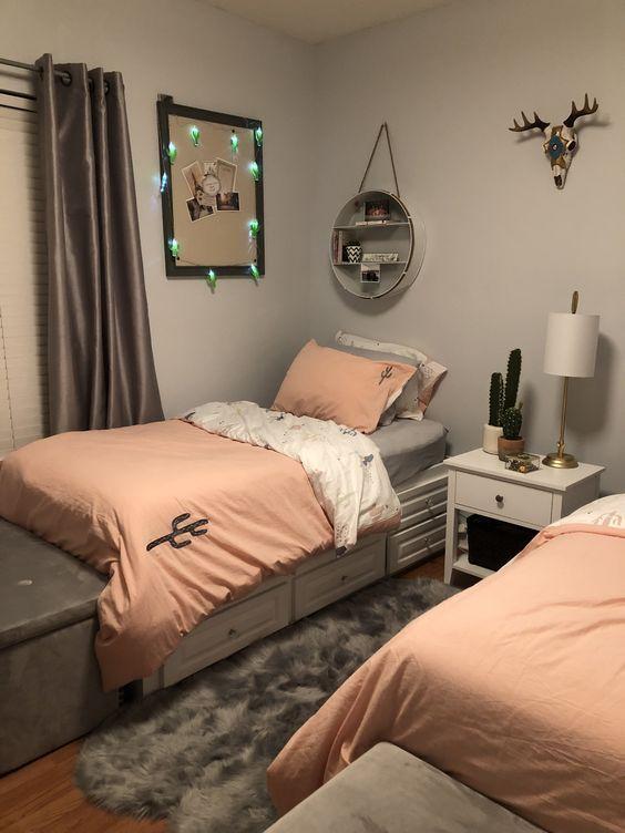 quarto feminino duas camas cinza e rosa chá