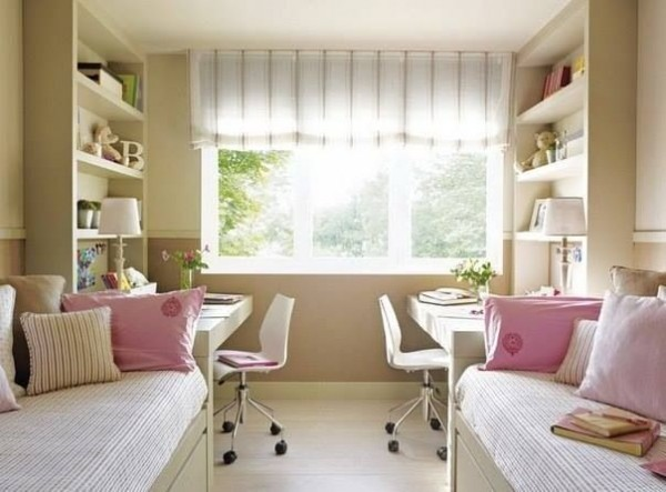 quarto com duas escrivaninhas