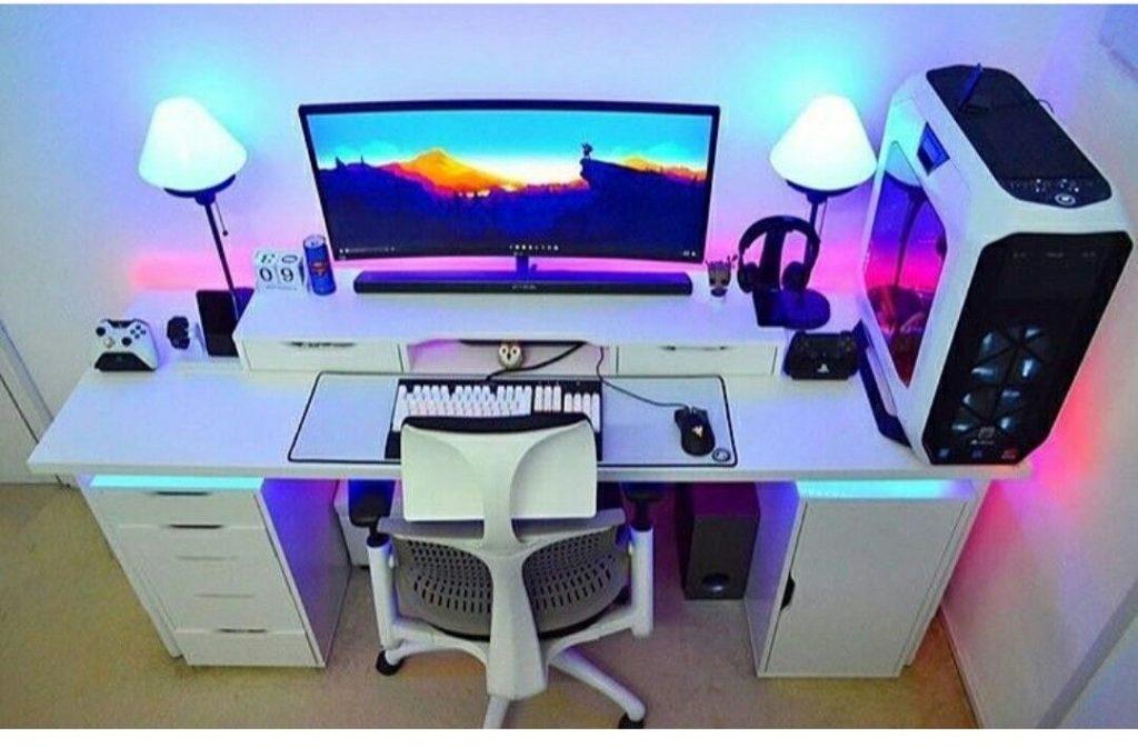 Escrivaninha branca com CPU estilizada.