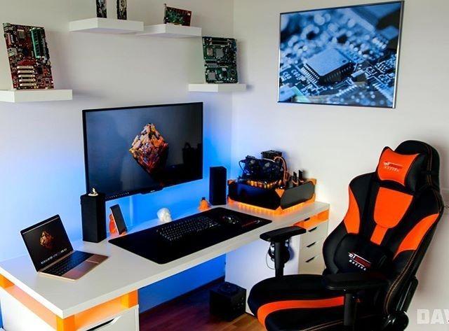 Setup gamer laranja.