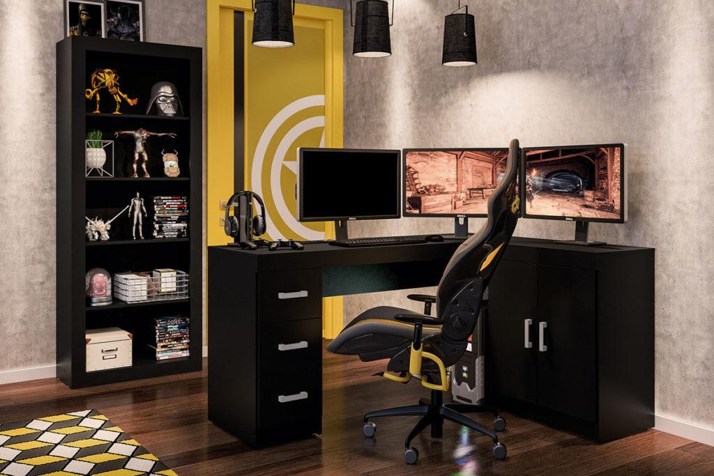 Setup gamer com três monitores.