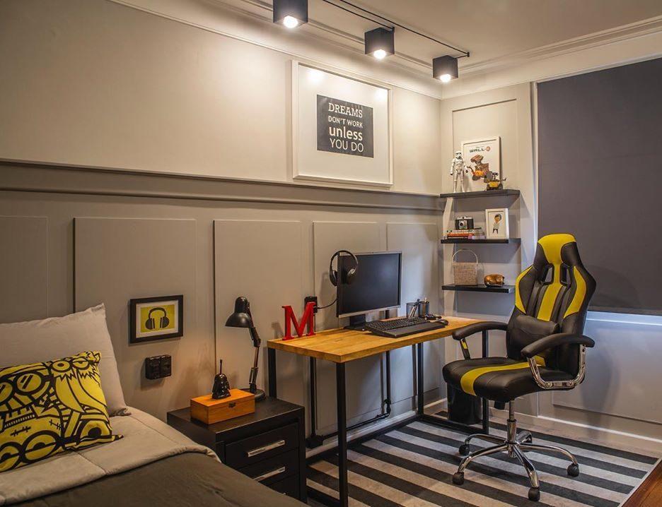 Quarto gamer com decoração cinza e amarela.