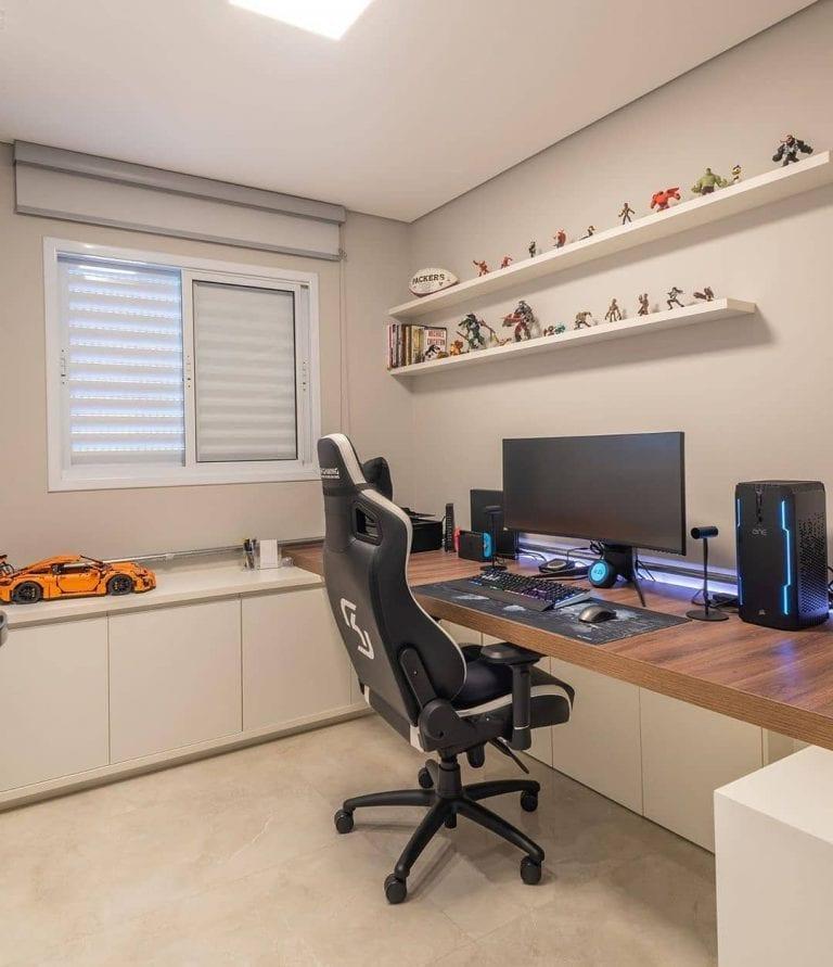 Setup gamer com decoração simples.