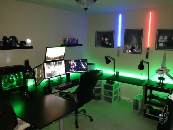 Setup gamer decorado com Sabre de luz.