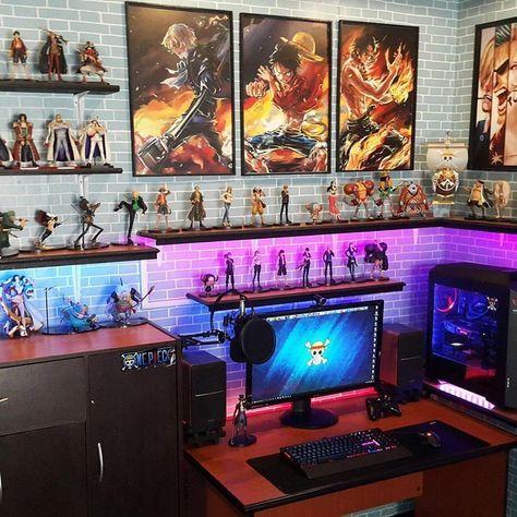 Pôster One Piece na decoração do setup gamer.