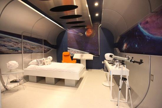 Quarto com decoração de estação espacial.