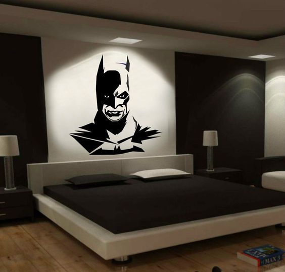Adesivo do Batman na decoração do quarto.