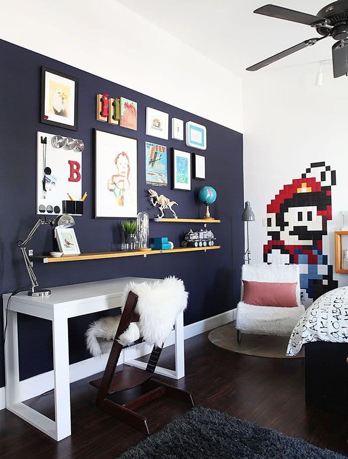 Quarto decorado com Super Mario.