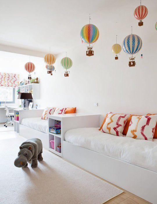 quarto branco com balões coloridos