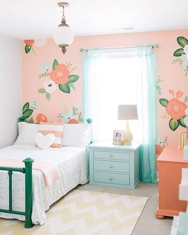 quarto de criança menina com papel de parede rosa e verde