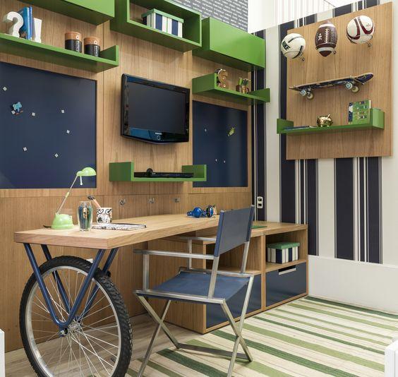 bancada de estudos com roda de bicicleta  verde e azul