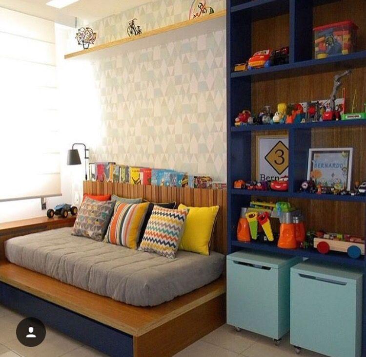 estante azul com baús e prateleira para livros