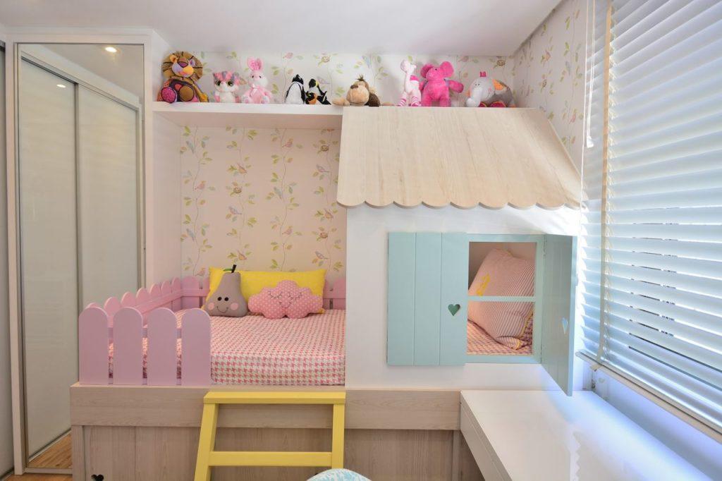 quarto infantil de menina com casinha e escrivaninha