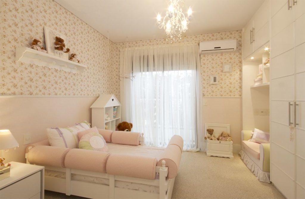 quarto com cama sofá e guarda roupa planejado