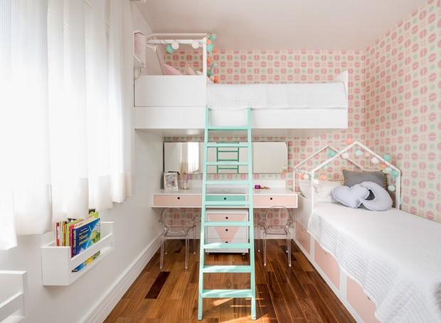 cama suspensa com escada e penteadeira rosa