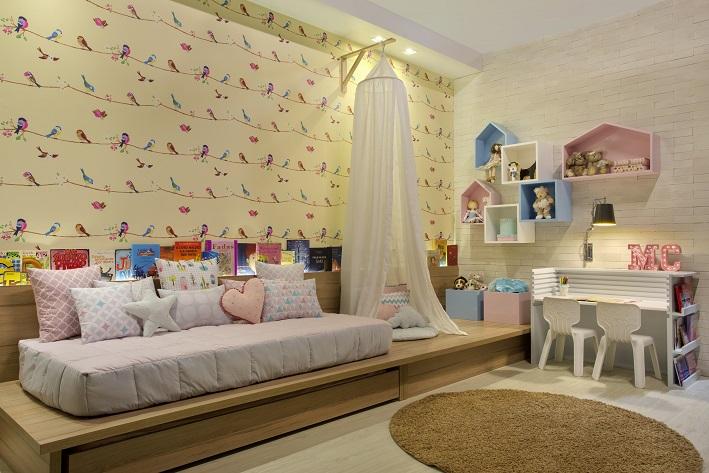 quarto infantil menina com marcenaria e papel de parede