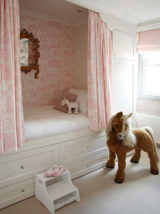 quarto com cama branca planejada com gavetas e armário