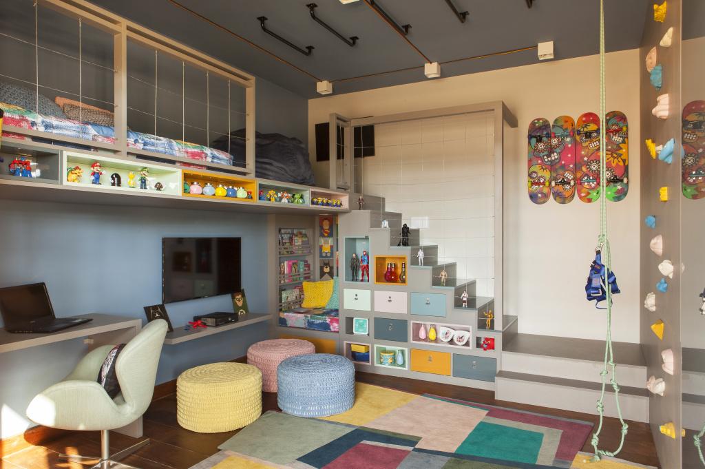 quarto infantil planejado com parede de escalada