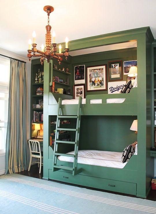quarto planejado com estante e escrivaninha verde