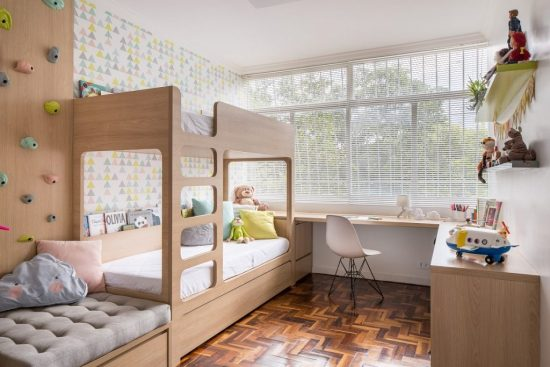 quarto infantil planejado neutro com parede de escalada