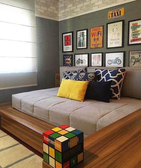 quarto masculino cinza com placas decorativas