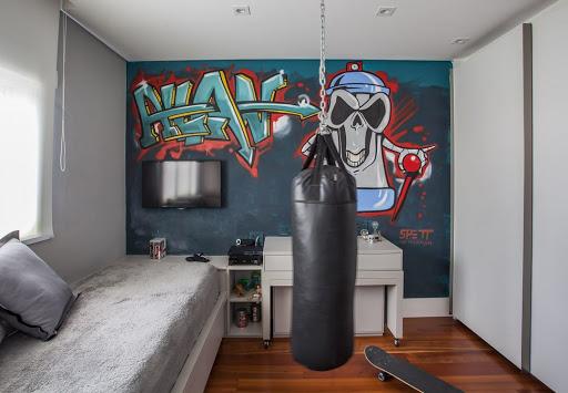 quarto masculino com grafite na parede.