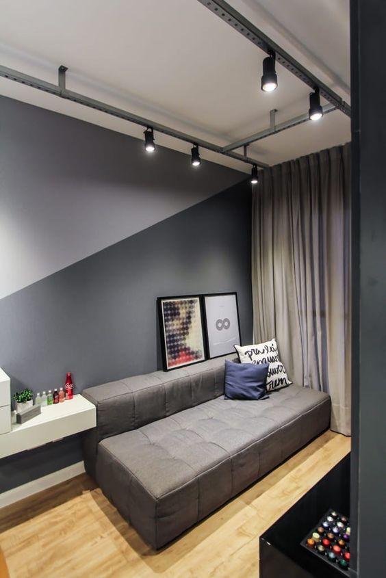 quarto neutro com trilho de iluminação, cinza.