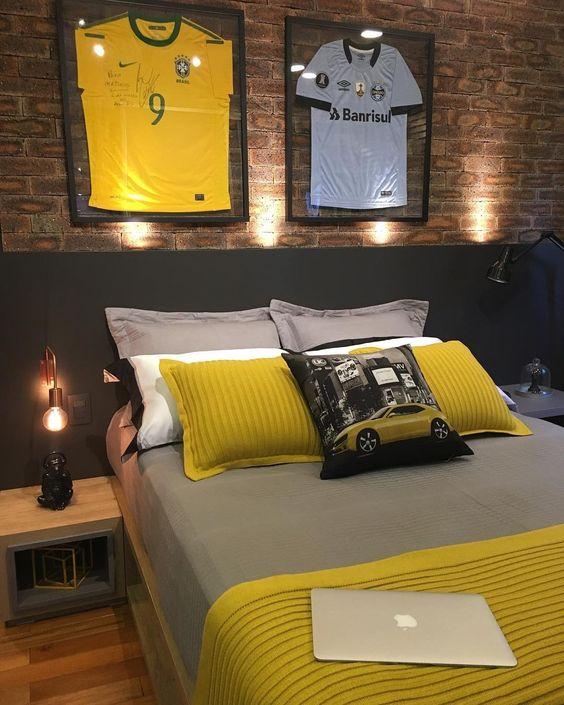 quarto masculina com camisetas de futebol
