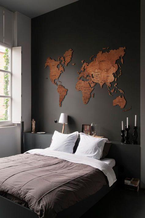 quarto preto com mapa múndi