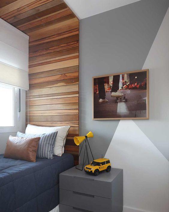 quarto masculino solteiro com painel de madeira
