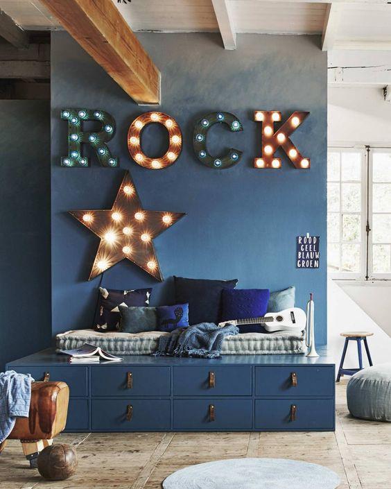 quarto rústico rock and roll piso de madeira e forro de madeira
