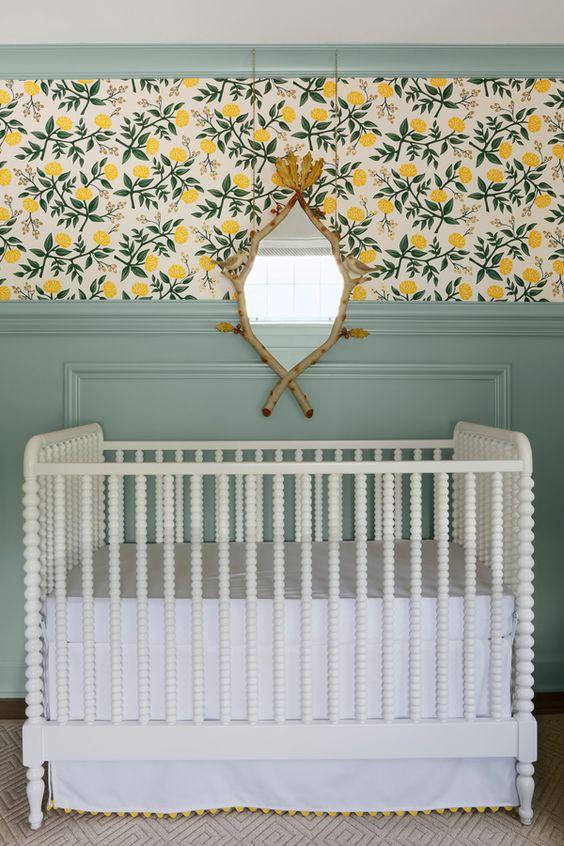 quarto de bebê com boiserie e papel de parede