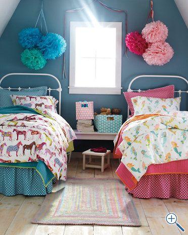 quarto com duas camas azul e rosa