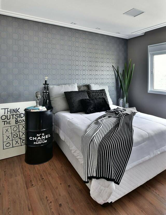 Papel de parede geométrico no quarto moderno.