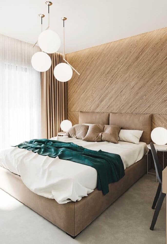 Ambiente decorada com parede de madeira e lustres redondos.
