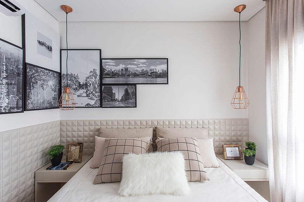 Cabeceira de cama com relevo geométrico.