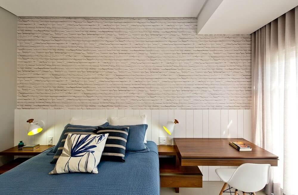 Decoração com parede de tijolinho branco.