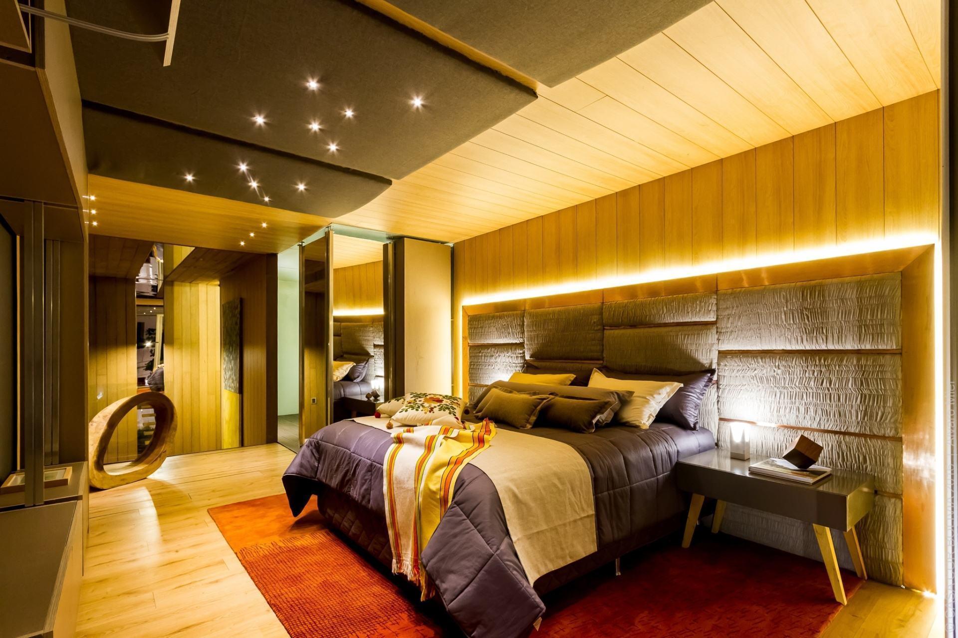 Quarto moderno luxuoso com madeira.