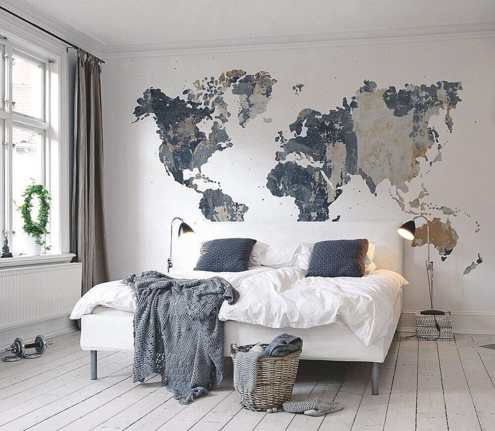 Quarto moderno e minimalista com decoração de mapa mundi.