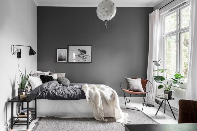 Quarto moderno com decoração minimalista.