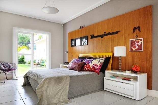 Quarto moderno com painel de madeira.