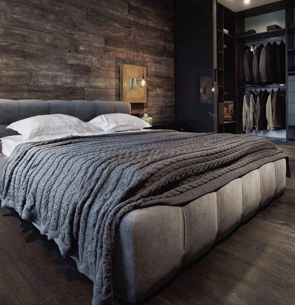 Quarto moderno e luxuoso com painel de madeira rústica.