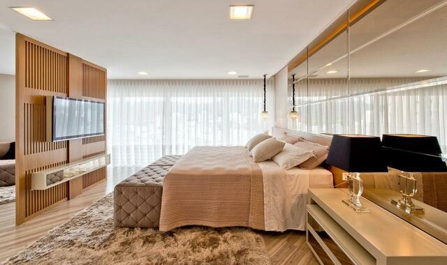 Quarto moderno e luxuoso com decoração em madeira.