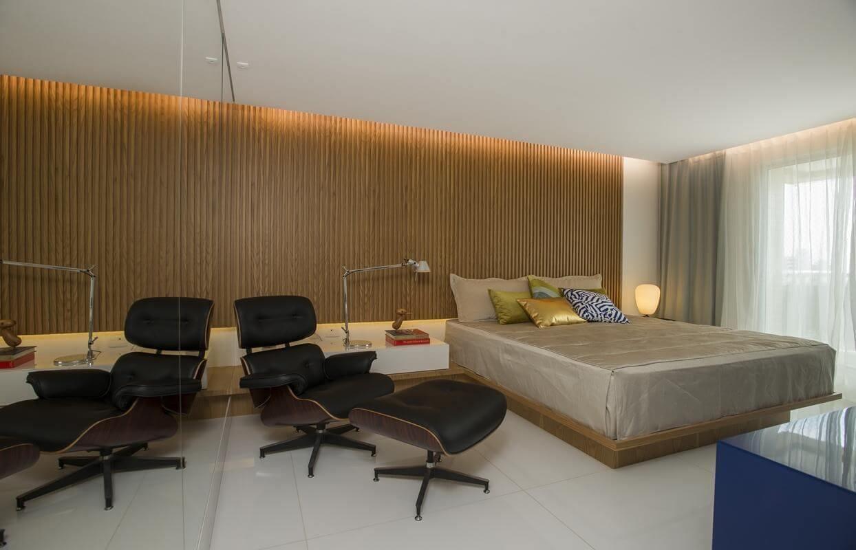 Decoração moderna com painel de madeira.
