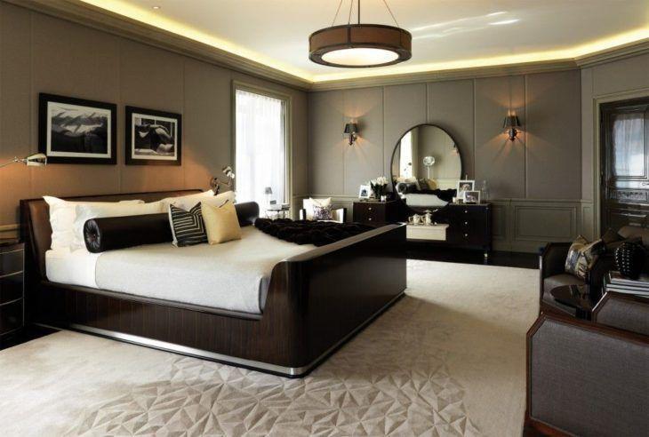 Quarto moderno e luxuoso com cama de madeira escura.
