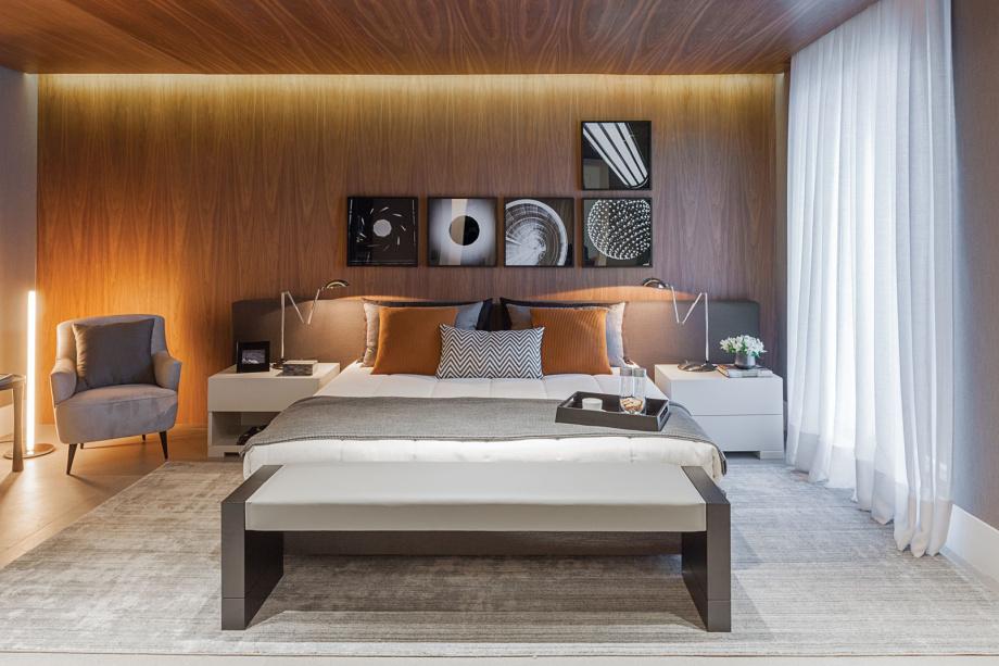 Quarto moderno e luxuoso com decoração de madeira.