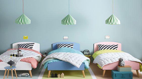 quarto colorido para três crianças.