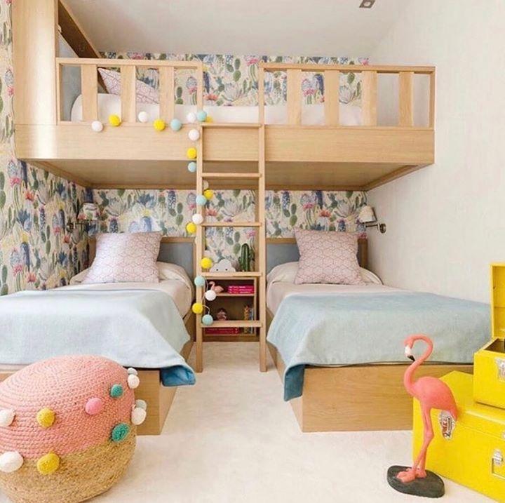 quarto para três meninas com papel de parede floral